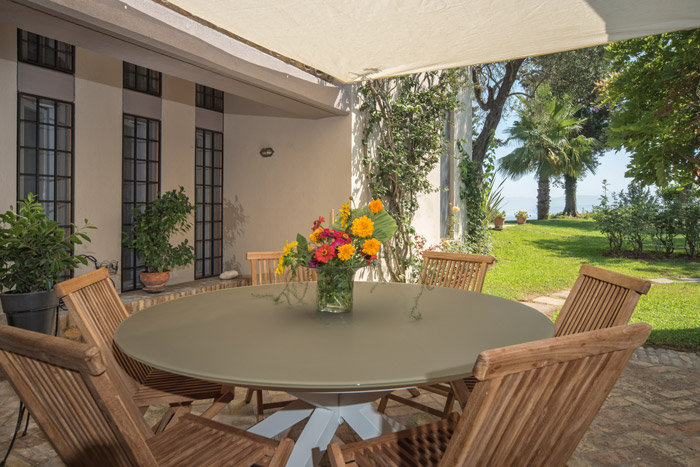 villaskyline-corfu-outdoor-dining-table-breakfast